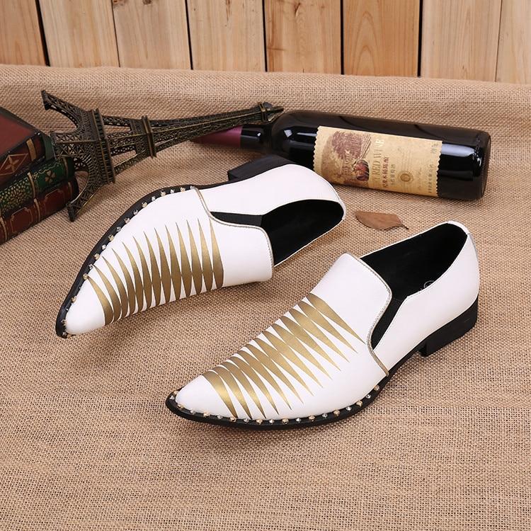 حذاء زفاف من الجلد الأبيض مع مسامير برشام ، أحذية أكسفورد إيطالية رسمية مصنوعة يدويًا للرجال