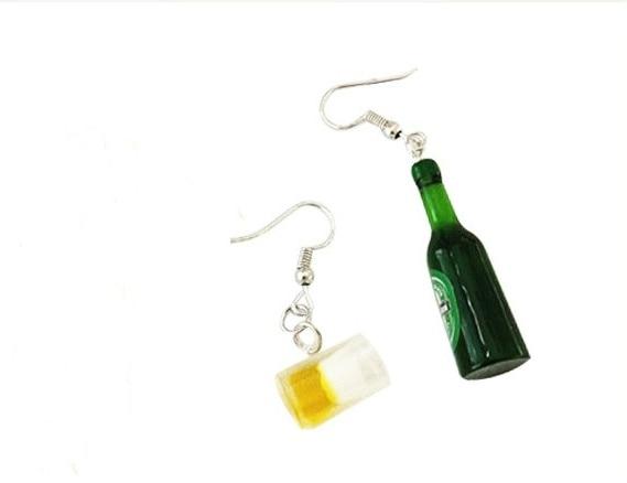 Nuevo genial Mini pendiente de botella de cerveza para mujer, divertida botella de cerveza asimétrica, pendientes de resina de Fan del arte para chica, regalo de joyería para mujer