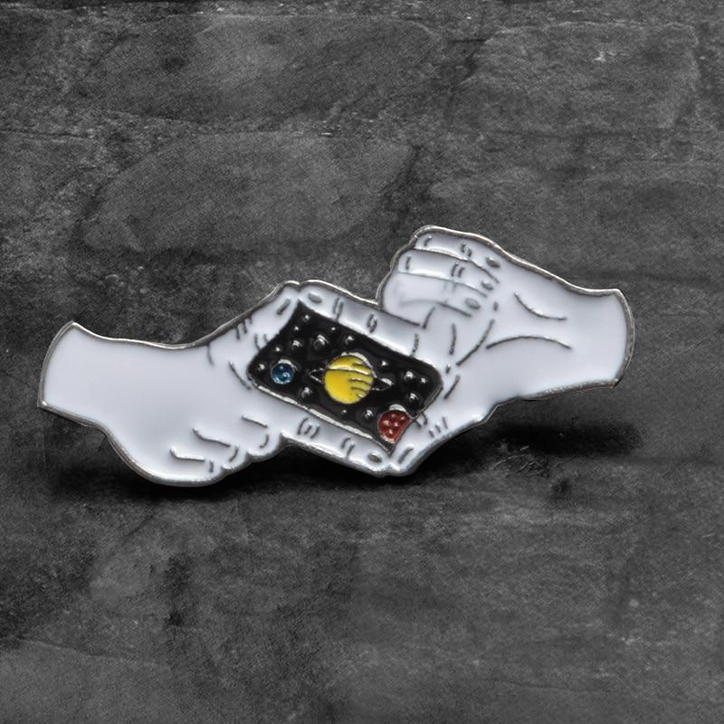 Buenas noches Saturn espacio esmalte pin Planet fotografiando broches con gestos para niños sombrero mochila insignias pin para solapa regalo de joyería
