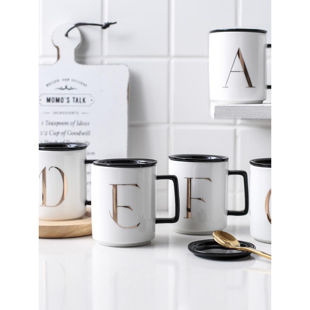 كوب قهوة سيراميك على الطريقة اليابانية مع حروف وكلمات مطبوعة ، أكواب وأكواب ماء بيضاء بسيطة للمكتب والمنزل مع مقبض أسود وأغطية