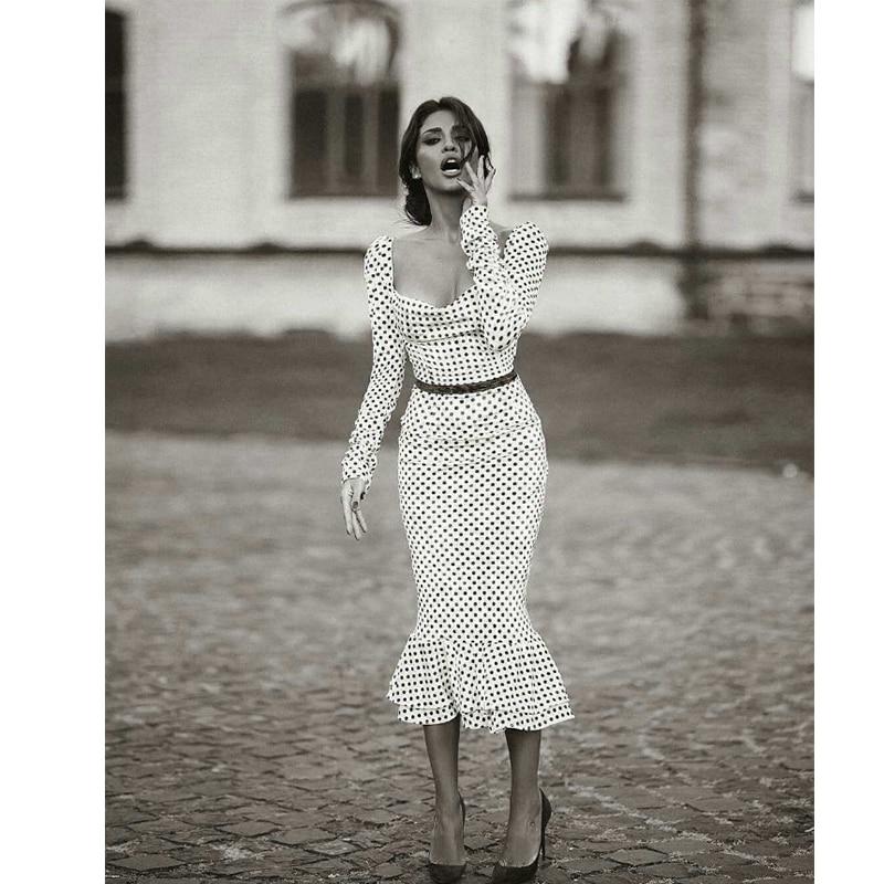 فستان بودي كون حريمي مزخرف بنقاط البولكا, فستان أبيض يصلح للأعمال المكتبية يأخذ شكل الجسم مكشكش وله حاشية ومربوط بعقدة