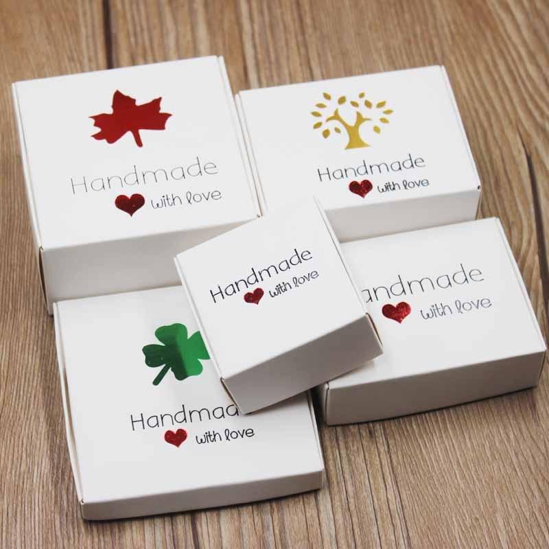 Caja de embalaje y exhibición para caramelos con diseño de arce de cartón blanco de 30 Uds., caja de regalo hecha a mano de Kraft con corazón rojo, caja de papel de aluminio negro y dorado