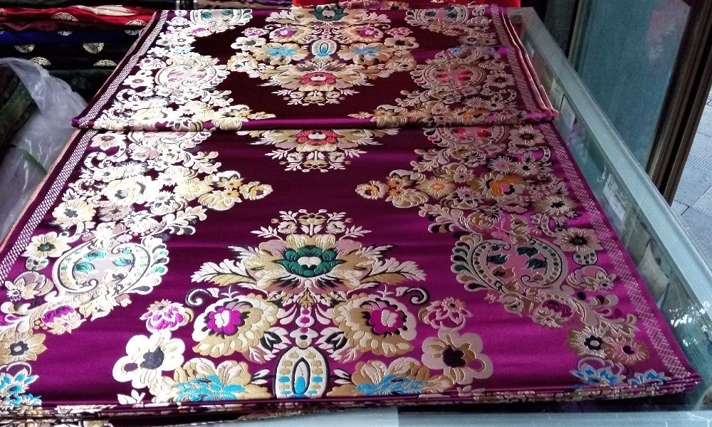 Tissu chinois traditionnel en soie brocade cheongsam   75CM, Polyester, dos profond violet, vert or bleu, grand motif positionné