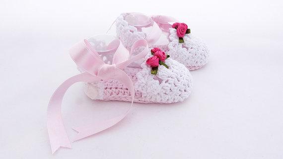 Zapatos de bebé de ganchillo de nuevo diseño. Bebé hecha a mano zapato con cinta