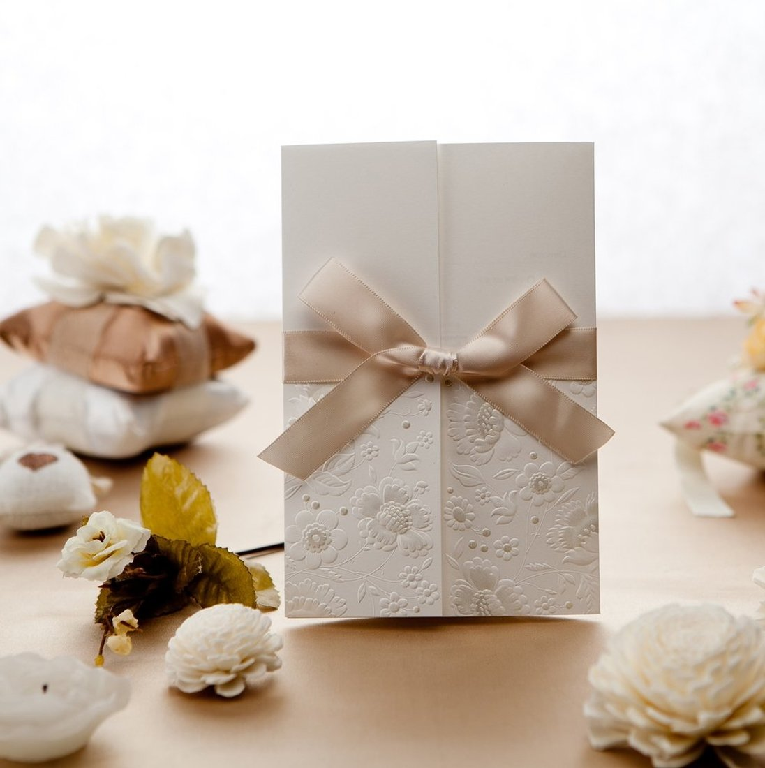 50 Pcs Tri-fold Elegante Do Vintage Em Relevo Cartão de Convite de Casamento, cartão de Aniversário com Envelope e Fita Bowknot Projeto acrílico