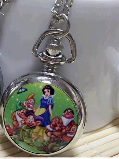 Novedad el collar de reloj de bolsillo de cuarzo con diseño de cúpula de cristal plateado de La Reina de la nieve para hombres y mujeres y niños