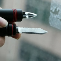 Портативный фонарик с ножом и стеклобоем
