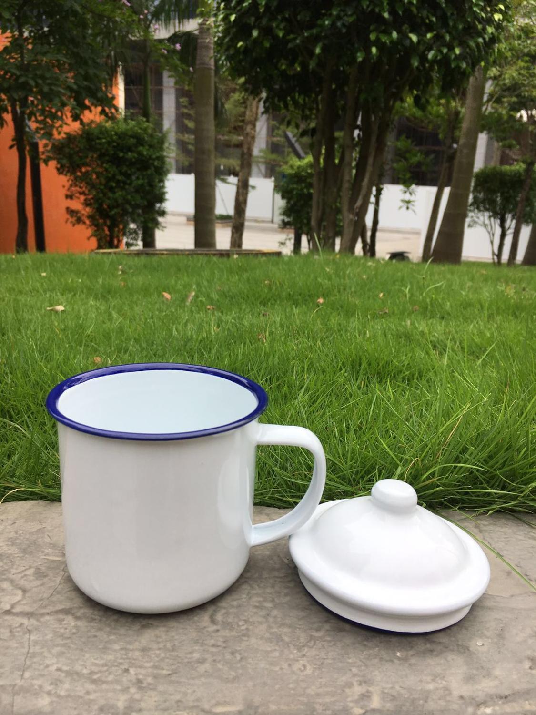 Taza de hierro recargable e irrompible blanco liso de 370 ml de buena calidad, taza de camping con tapa y borde azul