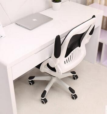Pequeño espacio con una pequeña silla giratoria de oficina para estudiantes silla giratoria reposabrazos personal de tela de red