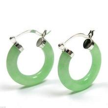 Une nouvelle paire de boucles doreilles Sterling 925 vert naturel