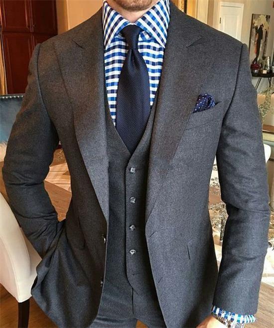 Dos botones de moda gris oscuro novio esmoquin padrino pico solapa hombres trajes Blazers (chaqueta + Pantalones + chaleco + corbata) w 992