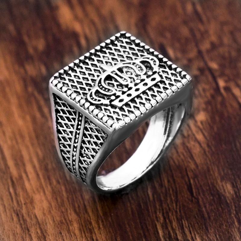 Punk nueva llegada Color plata corona Signet anillo hombres Cruz tallada Vintage anillo masculino joyería Cool único regalo