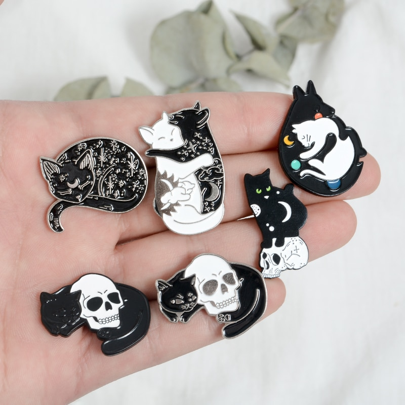 Cadı kedi pimleri siyah ve beyaz Yin Yang ay ve yıldız sarılma kedi uyku Kitty broş büyücülük takı sihirli yaka pimleri