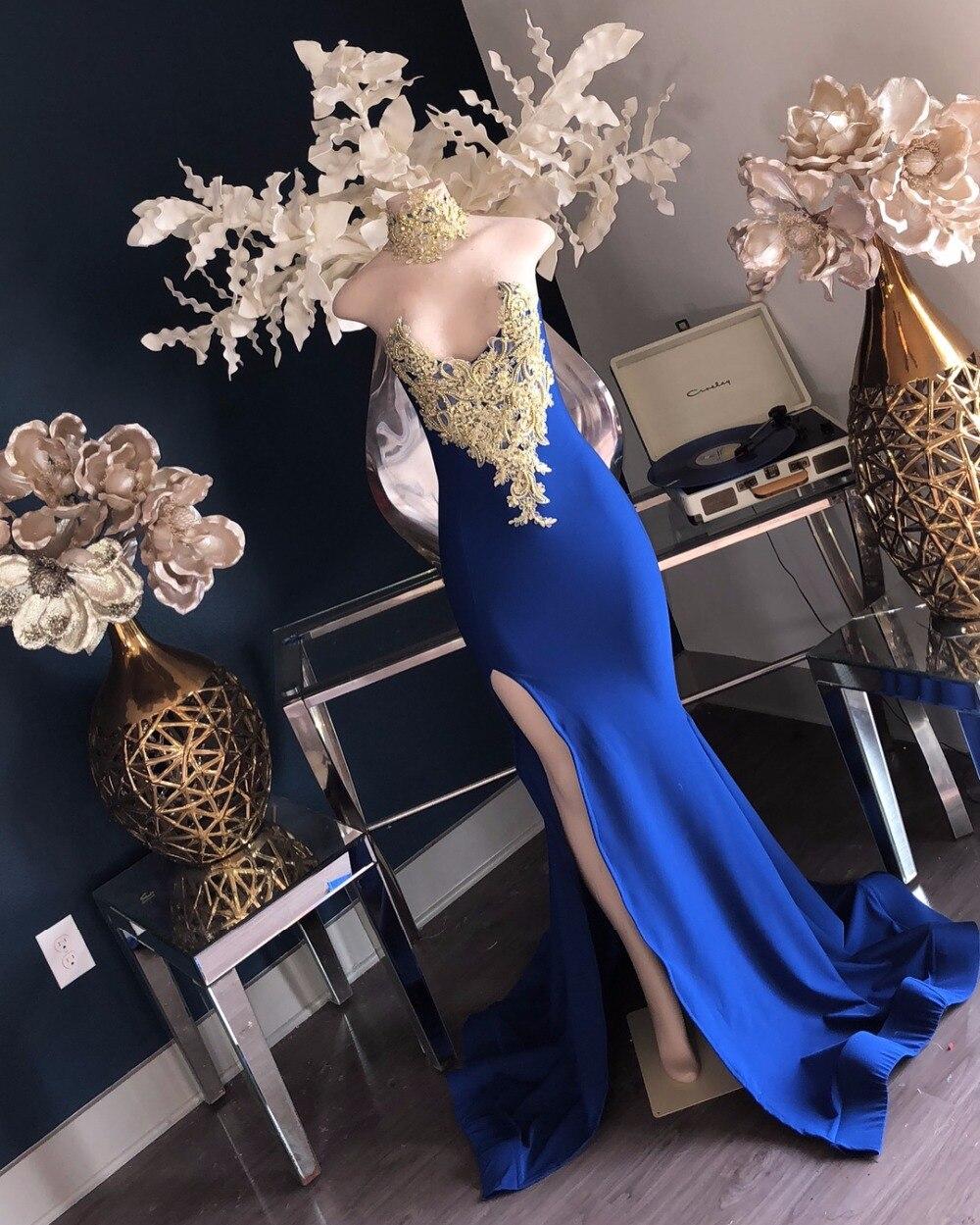Vestidos de graduación de sirena azul real 2020 Sexy apliques dorados de encaje con cuello en V abertura larga de satén niña negra africana Vestido largo de fiesta de graduación