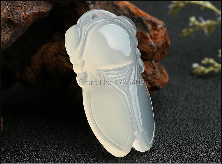 Elegante Natural helado Calcedonia tallada Cicada colgante