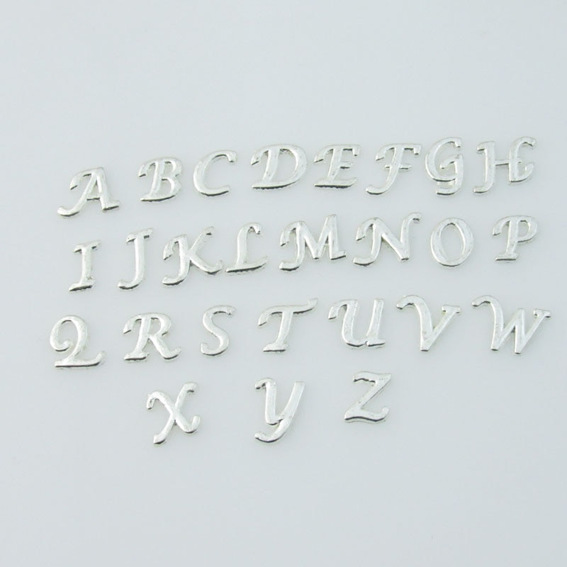 Plata 26 Uds. Abalorios de letras iniciales flotantes, surtido de A-Z del alfabeto, encantos flotantes aptos para medallón de memoria viva, triangulación de envíos