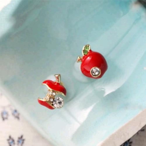 Los pendientes asimétricos pequeños de manzana con esmalte rojo de personalidad de moda europea y americana para mujer