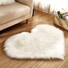 Tapis Long poilu blanc tapis rouge rose Shaggy amour coeur forme tapis de fourrure laine artificielle peau de mouton chaise bébé porte tapis de sol