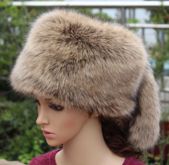 2018 Europe and United States thickened warm faux fox fur flat hat faux fur hat tail cap Ear protect