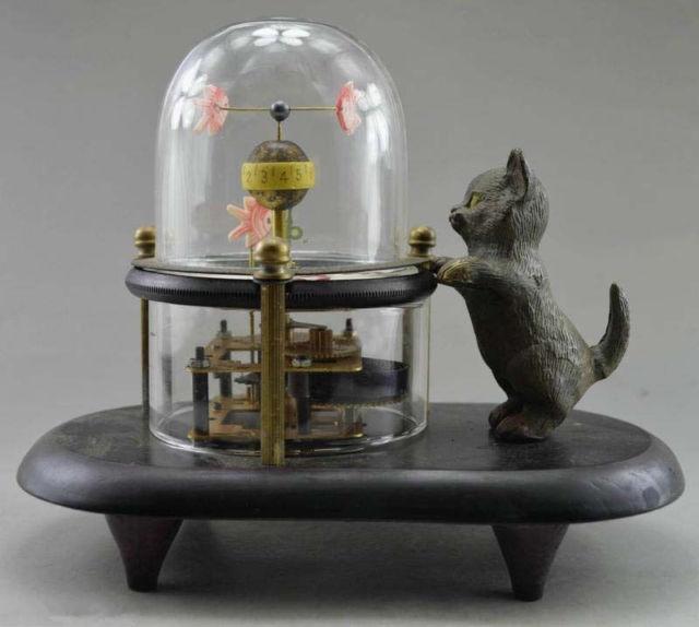 Interesante elaborado decorativo antiguo gato tallado a mano cobre pescado reloj mecánico