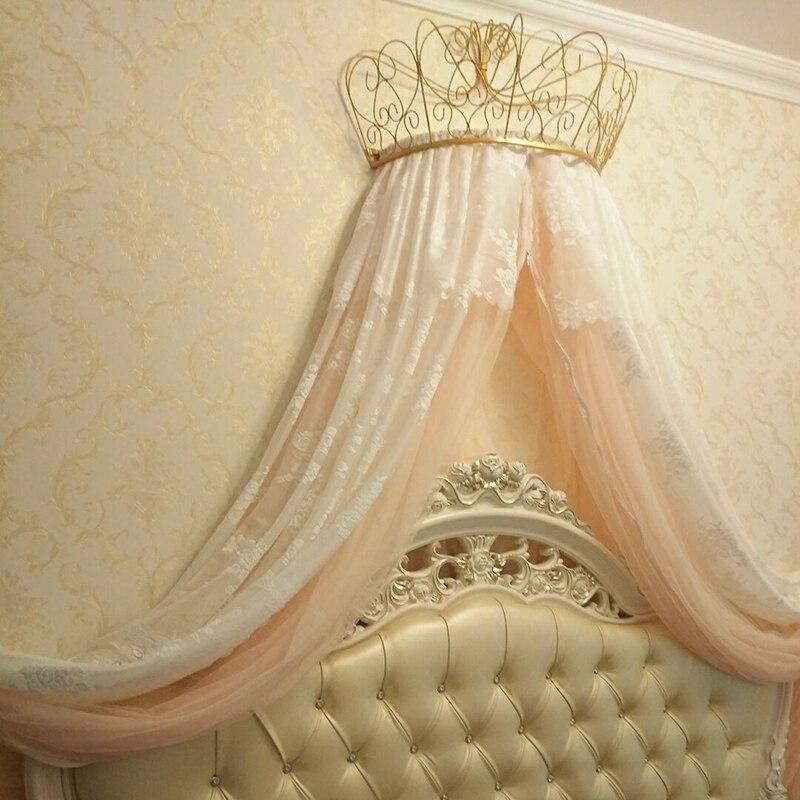 Ouro e branco mosquiteiro adorna a prateleira da coroa