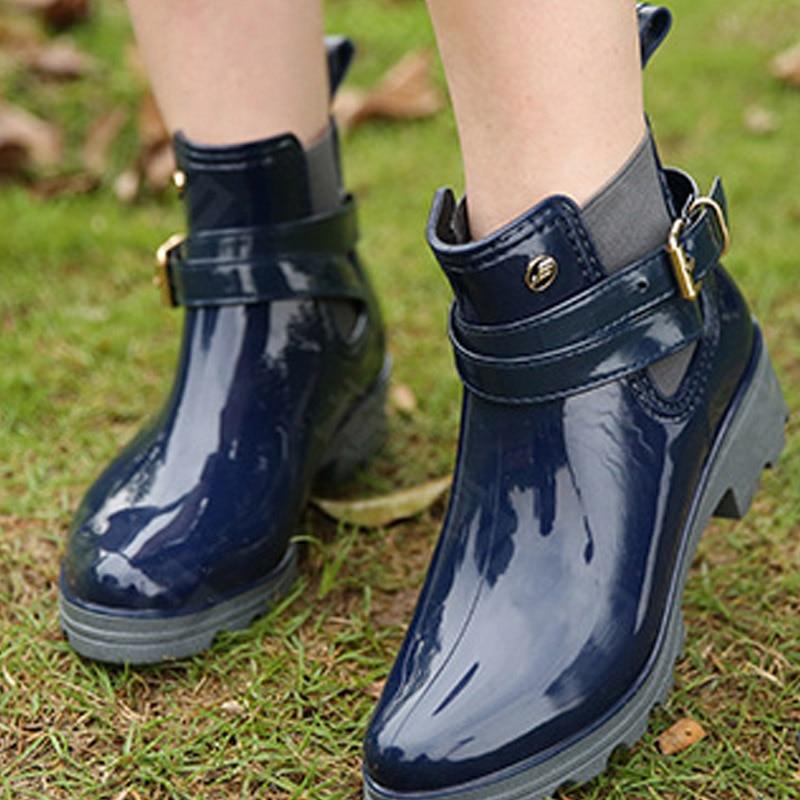 Senhora pvc tornozelo botas de chuva sapatos femininos à prova dwaterproof água tubo curto rosto brilhante senhoras pvc borracha elástica sapatos em forma de u água