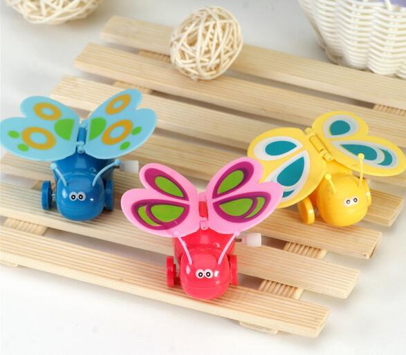 1 Uds. Juguetes de plástico con dibujos, cadena colorida, mariposa a cuerda, caminar con alas aleatorias de Color aleatorio
