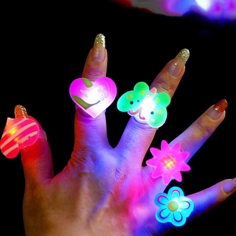 5 stücke Leucht ringe glow in the dark neue kinder spielzeug-geschenke LED cartoon lichter spielzeug für childs kinder spielen in der nacht