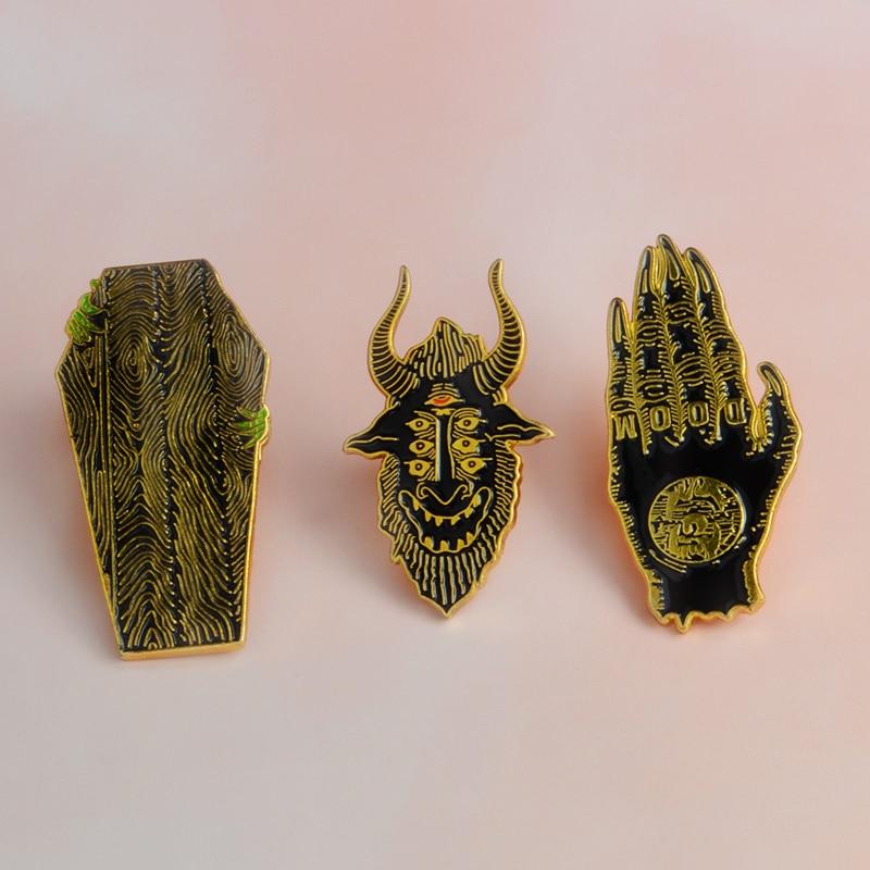 Doom palma caixão creep satan vê todos esmalte broche denim roupas pino camisa fivela crachá moda punk jóias presente para amigo