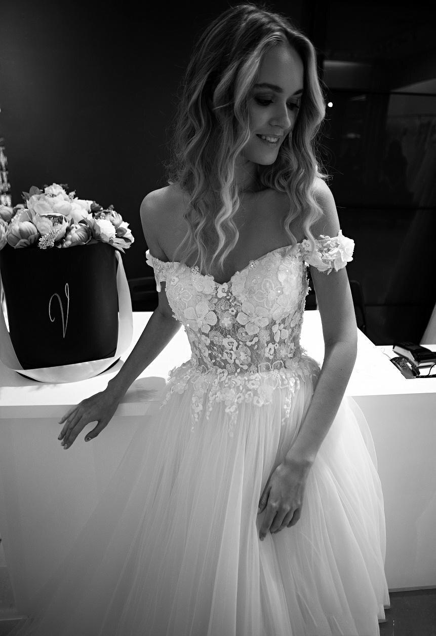 Купить с кэшбэком 3D Flowers Wedding Dresses  Off The Shoulder Sweetheart Tulle Bridal Wedding Gowns Vestidos De Novia Long Train Bride Dress 2019