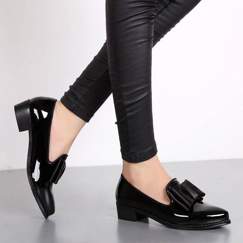 حذاء نسائي مسطح بمقدمة مدببة ، حذاء بفيونكة من الجلد اللامع ، غير رسمي ، حذاء باليرينا صيفي فردي ، فم ضحل