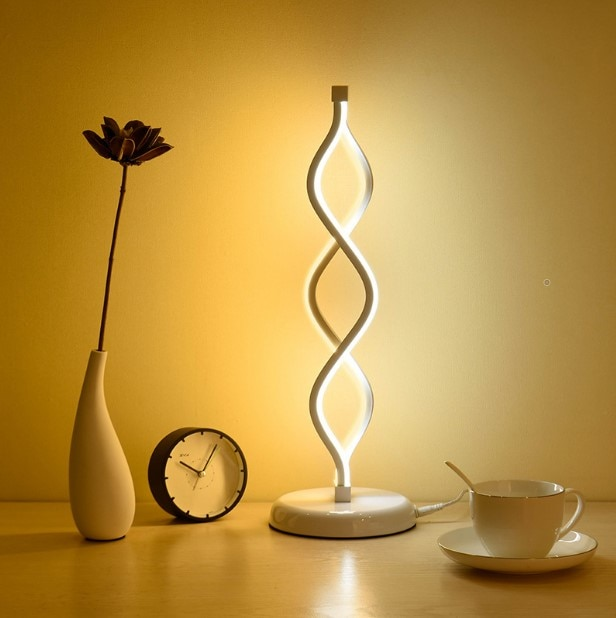 Lámpara de mesa de lectura de cabecera con decoración artística en espiral dorada, lámpara lateral de 24W para habitación con enchufes, accesorios de decoración para el hogar
