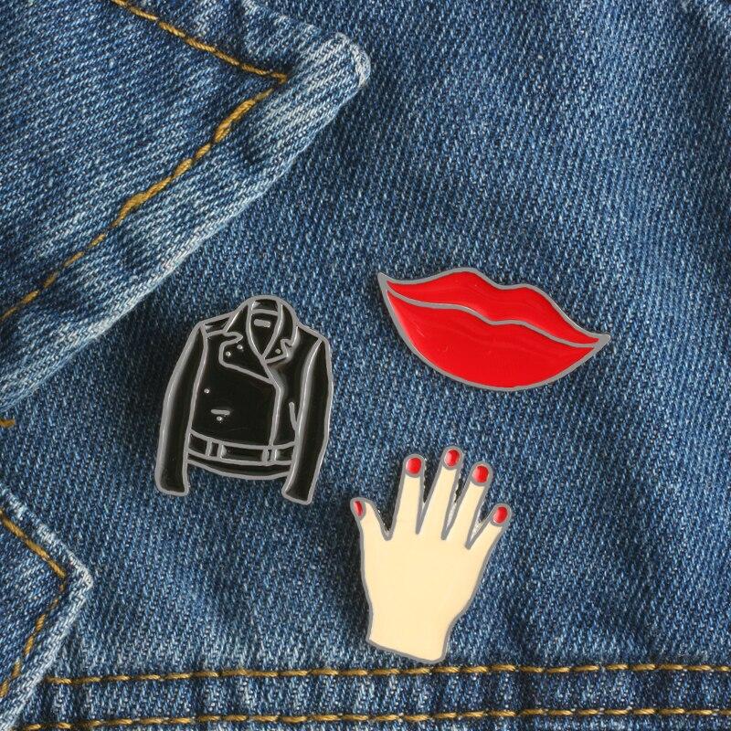 Broche sur les lèvres rouges, vêtements à la mode avec Badge métallique, petites mains, veste en Denim, vêtements avec col et décoration bijoux