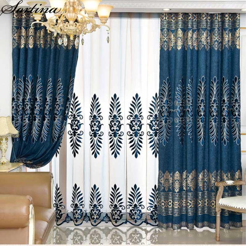 Cortinas azules de lujo de la ventana de la sala de estar