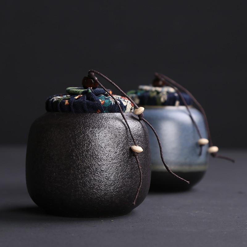 Piedra Azul negra, terracota, té, ollas, cerámica, latas selladas, latas de té, macetas pequeñas, tela, frutas secas, latas de almacenamiento.