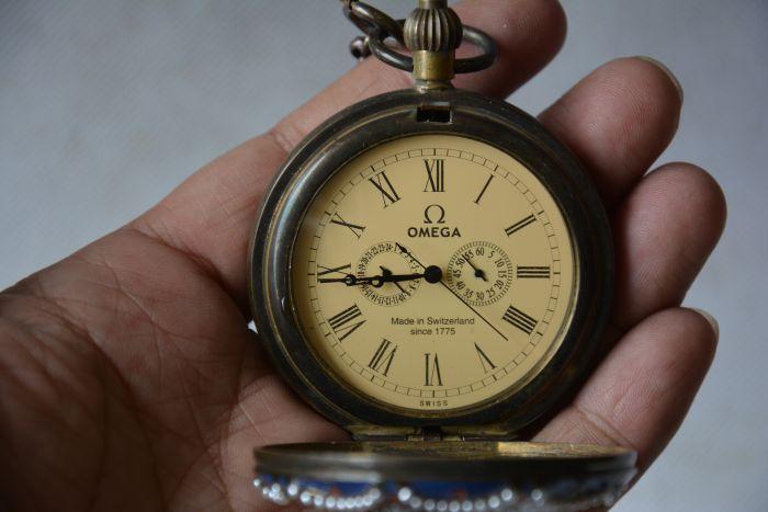 Antiguo raro reloj de cristal de latón real de la dinastía Qing Reloj de bolsillo mecánico, piedras incrustadas, gente occidental, puede trabajar, envío gratis