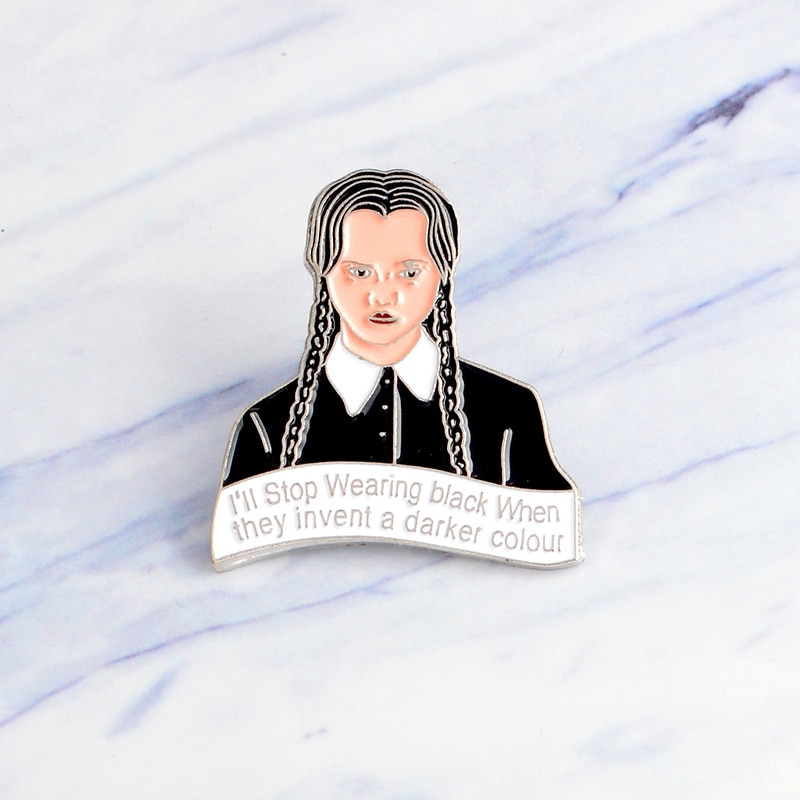 MINGQI Inspirado Da Família Addams Quarta-feira Mais Escura cor esmalte Broches Criativo Ícones Pin Emblema Do Botão saco de Roupas acessórios