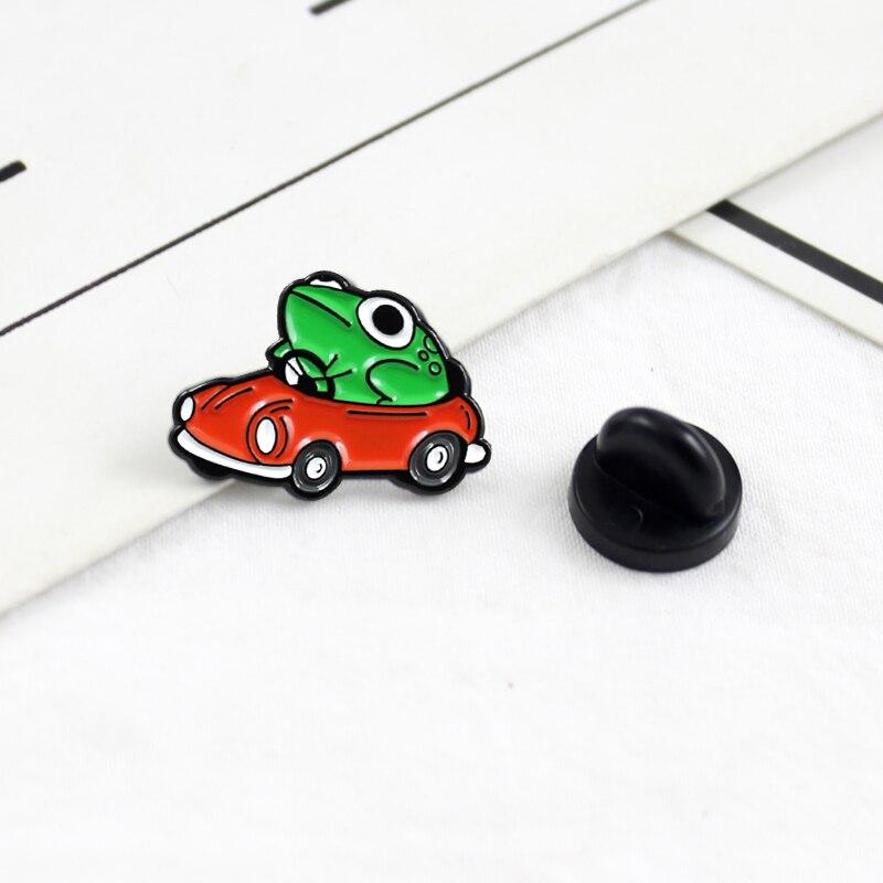 Мультяшный животных Зеленая лягушка, за рулем красная брошь автомобиль, милый эмалированный Забавный для детей рюкзак, футболка, заколки, з...