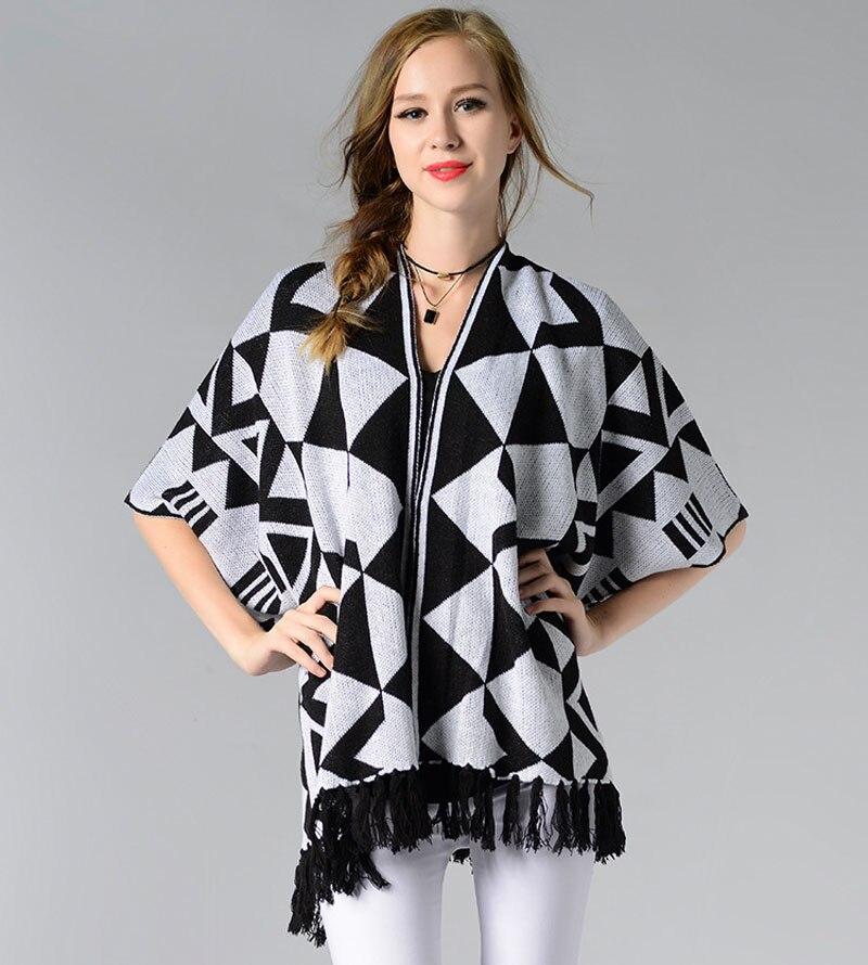 Ladychili ropa de mujer negro blanco Argyle patrón tejido Irregular cárdigan media manga Jersey tipo poncho con borla SF03
