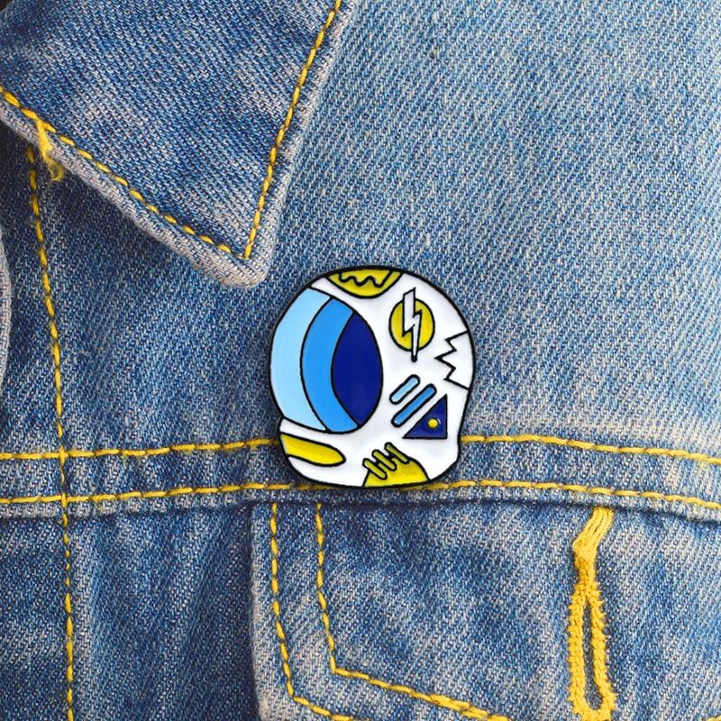 Broche de solapa con insignia de casco de astronauta de aventura del espacio con Pin esmaltado, bolso de tela vaquera para camisa, regalo de joyería gótico Punk de dibujos animados