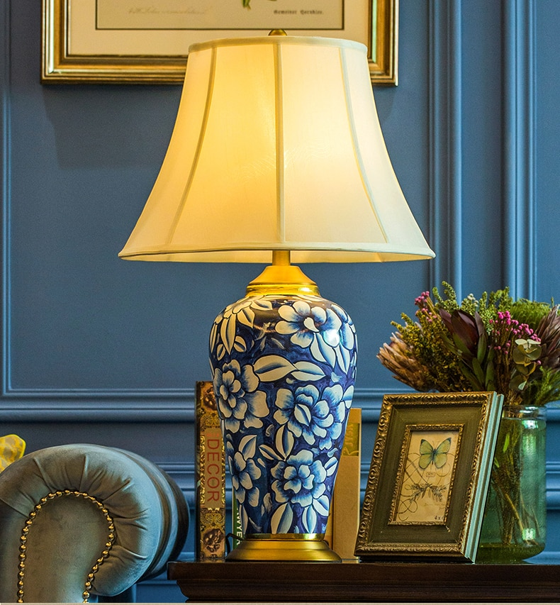 Lámparas de escritorio blanco y azul Jidezhen pintado a mano de flor de cerámica moderno dormitorio lámparas de mesa de Metal sala de iluminación Led