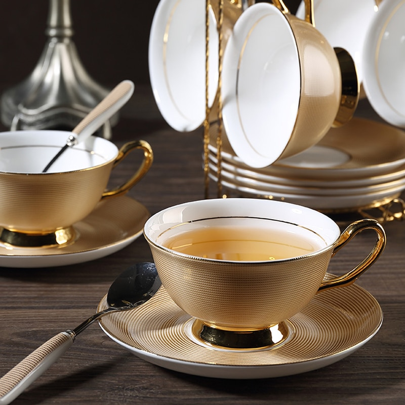 Alta calidad hueso taza de café de China platillo retro británicos estilo real elegante creativo diseño dorado taza de juego de tazas de café de regalo