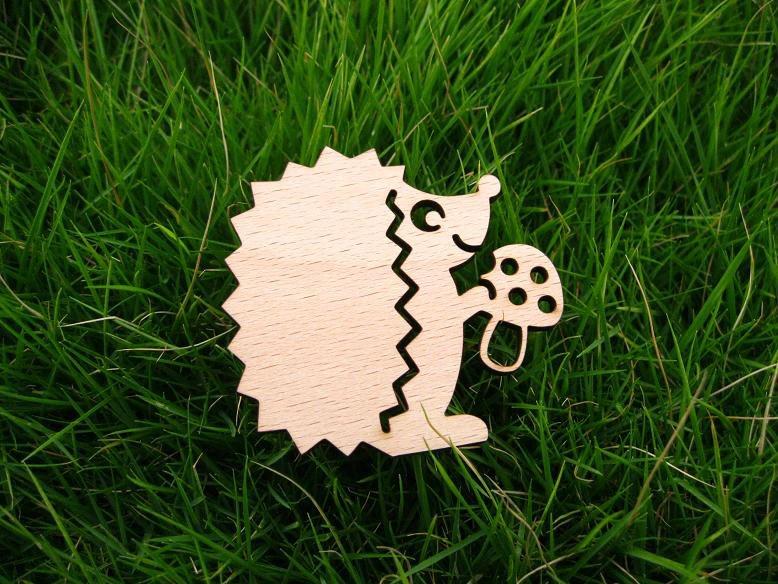 Castor con broche de madera de seta
