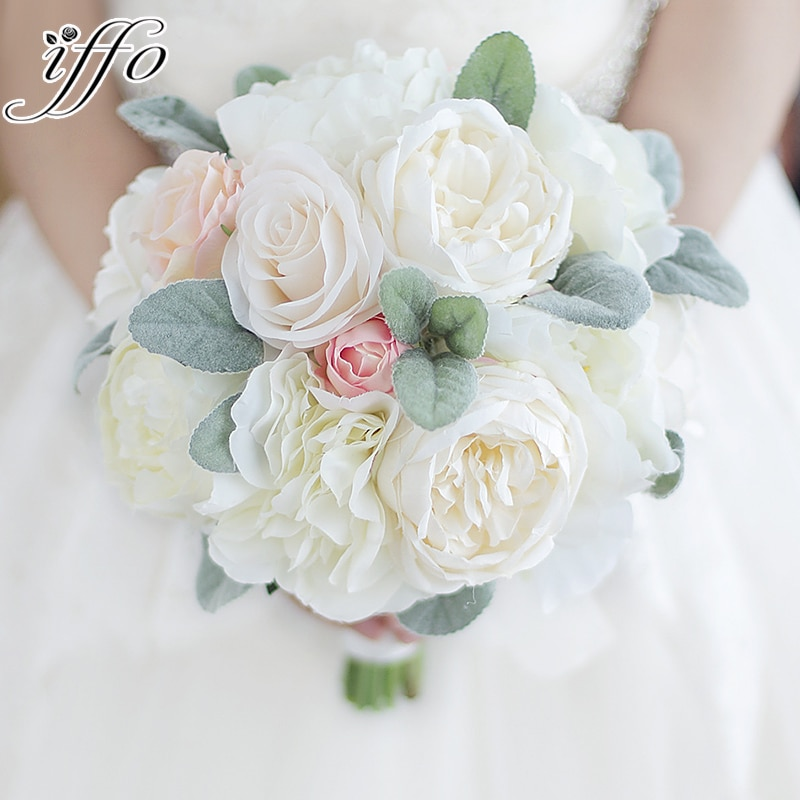 Букет пионов цвета слоновой кости розовая роза румяна пионы держащие цветы шелк