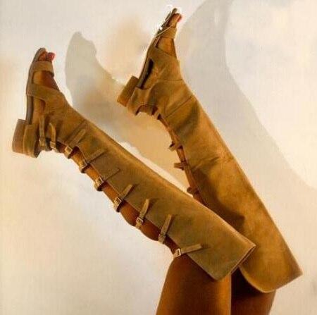 Verano mujer marrón sólido Suede cortes hebillas Correa punta abierta tacones cuadrados bajos informal sobre la rodilla sandalias largas botas señora