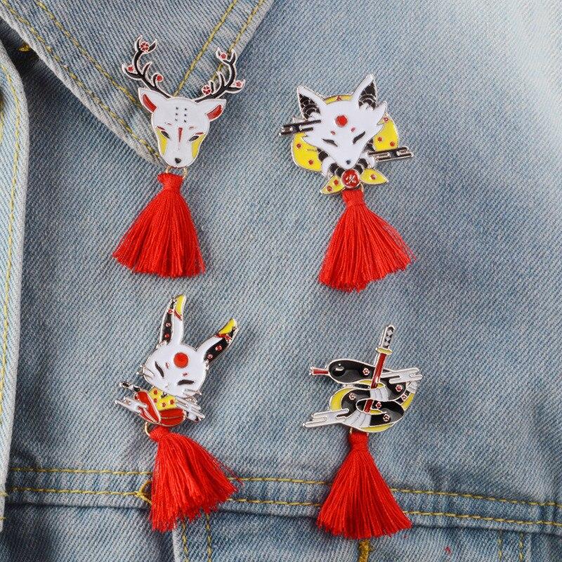 1 pc bonito animal broche japonês veados coelho cobra raposa kabuki ninja máscara com vermelho borla broches emblemas lapela pino unisex presente