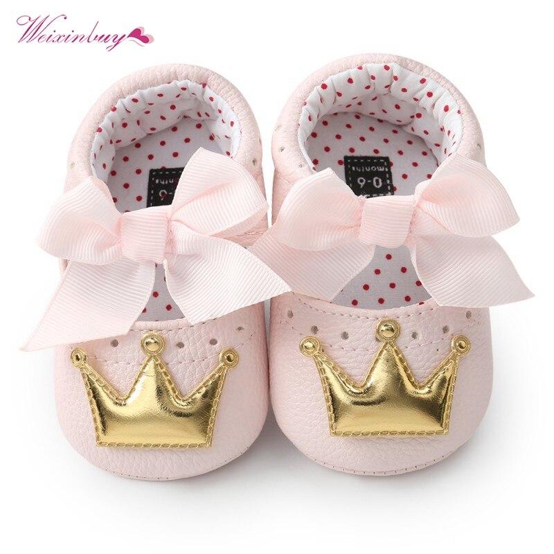 Обувь принцессы для маленьких девочек; сезон весна-осень; обувь из искусственной кожи с милой бабочкой и короной; нескользящая обувь для малышей; обувь на мягкой подошве для малышей; домашняя обувь для кроватки