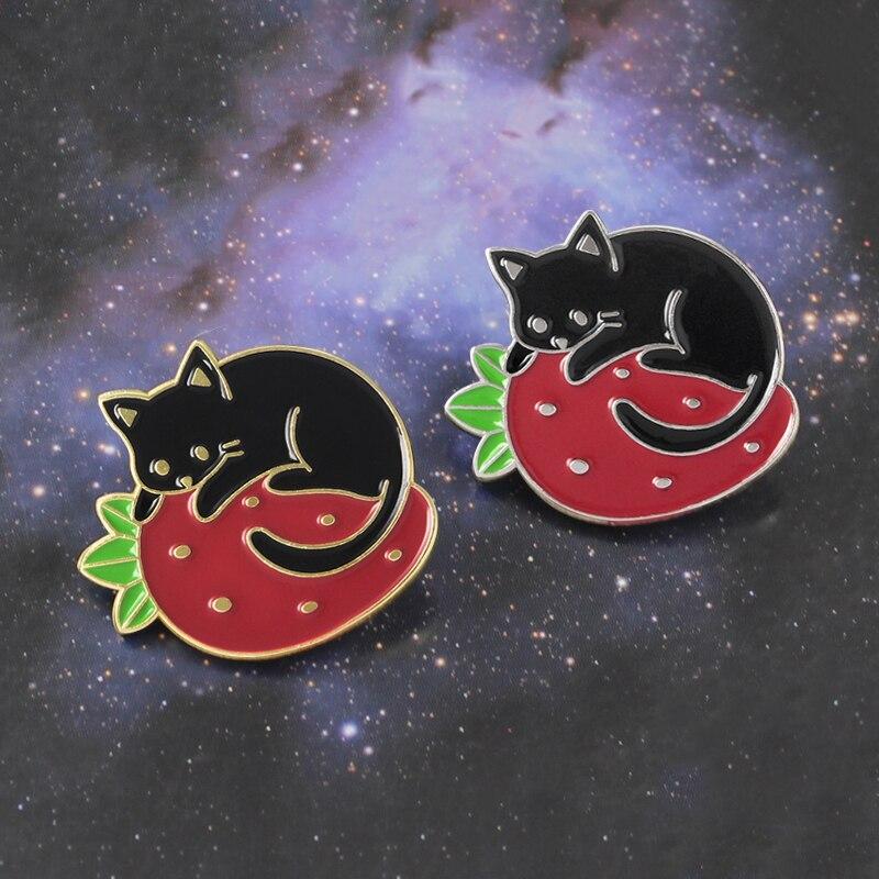 Брошь в виде клубники, черного кота, ленивого котенка, спящего клубники, эмалированная джинсовая рубашка, значок в виде животного, подарок с ...