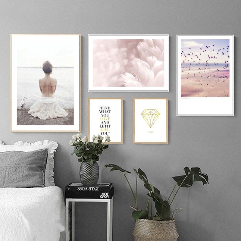 Pinturas de lienzo nórdico chica vestido blanco playa rosa encantador paisaje marino plumas letras arte póster cuadros hogar Decoración de la pared