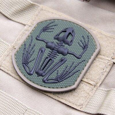 Insignia de esqueleto de rana de la Marina de Guerra insignia de goma PVC 3D gancho y bucle táctico parche de moral militar hueso brazalete ejército insignia verde